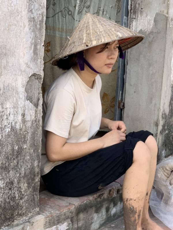 Cô bé 19 tuổi mơ có chiếc máy may để kiếm tiền nuôi bố tâm thần và 2 em