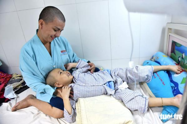 Người mẹ cạo đầu để cùng con chống chọi với ung thư