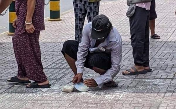 Túi gạo từ thiện vừa nhận đã rơi tung tóe dưới đất, hành động của người đàn ông mới xót xa