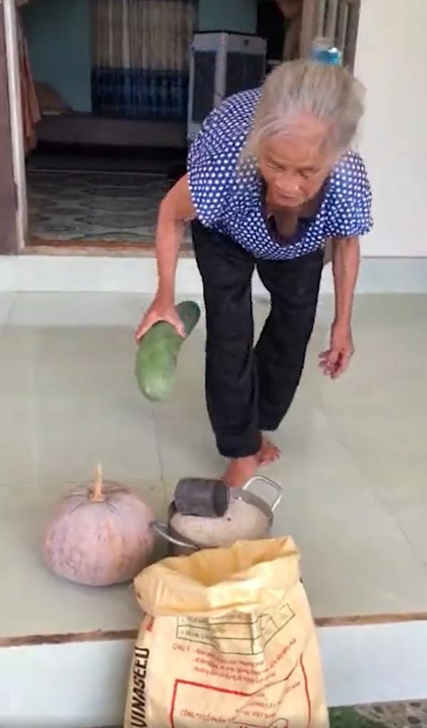 Mệ già Quảng Bình gửi thực phẩm cho Sài Gòn: Mệ có từng mô ủng hộ từng nấy