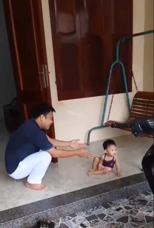 Con gái quên mặt bố sau gần 2 tháng chống dịch xa nhà, bố méo mặt vì chìa tay đón là con chạy
